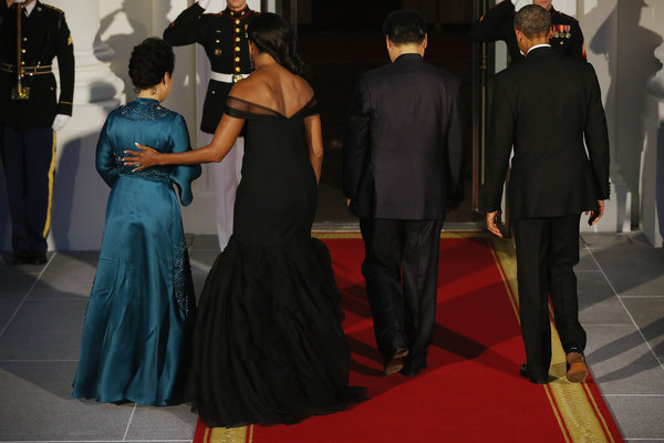 WASHINGTON, DC - SEPTEMBER 25:  (L-R) Madame Peng Liyuan, U.S. First Lady Michelle Obama, Chinese President Xi Jinping and U.S. President Barack Obama walk inside the White House for a state dinner September 25, 2015 in Washington, DC. Obama and Xi announced an agreement on curbing climate change and an understanding on cyber security.  (Photo by Chip Somodevilla/Getty Images)
