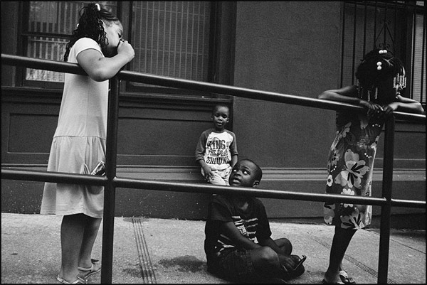 Black-and-white-photo-of-children-in-the-streets-of-Harlem